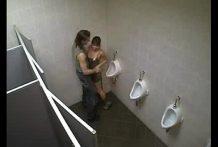 Follando con hermosa chica en el baño de la disco pillada
